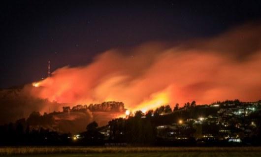 В новейшей Зеландии бушуют лесные пожары: при тушении умер пилот вертолета